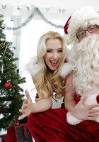 Блондинка в красном костюме оголяет вагину перед Сантой около елки 5 фотография
