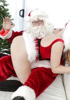 Блондинка в красном костюме оголяет вагину перед Сантой около елки 16 фотография