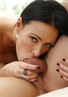 Длинноволосая брюнетка с интимной стрижкой сосет член и трахается с факером на диване 14 фотография