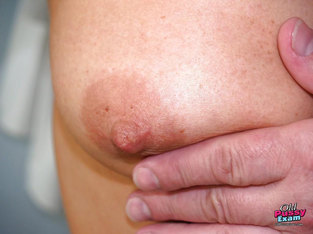 Зрелка дала гинекологу осмотреть ее небритую вагину на кушетке 1 фотография