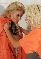 Две заключенные в оранжевой одежде трахаются с помощью страпона в камере 1 фотография