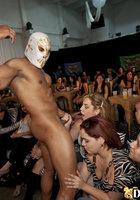 В баре темнокожий стриптизер в белой маске дает красоткам в рот 5 фотография