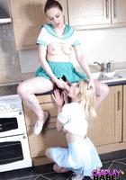 Две морячки в униформе занимаются лесбийским сексом на кухне 14 фотография