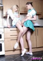 Две морячки в униформе занимаются лесбийским сексом на кухне 16 фотография
