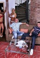 Две соседки с плоскими животами отдаются холостякам на диване 1 фотография