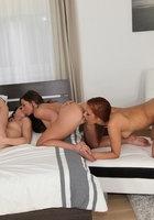 Три стройные бисексуалки насаживаются на пенис типа в постели 9 фотография
