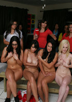 Четыре обнаженные лесбиянки занимаются фейсситингом перед телками 1 фотография