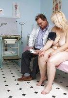 Гинеколог в очках заглянул в гладкую письку зрелки на гинекологическом кресле 3 фотография