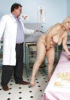 Гинеколог в очках заглянул в гладкую письку зрелки на гинекологическом кресле 8 фотография