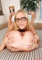 На постели белобрысая подруга трахает лесбиянку в очках резиновым членом 16 фотография