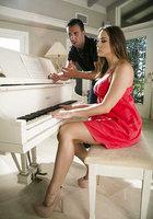 Кавалер оттрахал в рот музыкантку в коралловом платье около пианино 1 фотография