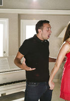 Кавалер оттрахал в рот музыкантку в коралловом платье около пианино 3 фотография