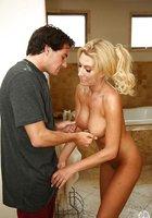 Соседка с большими дойками делает гостю минет в ванной 4 фотография