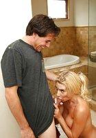 Соседка с большими дойками делает гостю минет в ванной 7 фотография