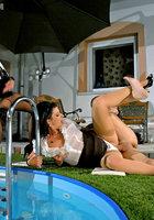 Факер отодрал двух одетых женщин около бассейна поздним вечером 14 фотография