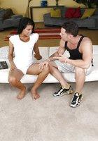 Парень с татуировкой на шее трахает длинноволосую мулатку на белом диване 1 фотография