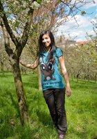 Стройная брюнетка гуляет обнаженной среди цветущих деревьев 10 фотография